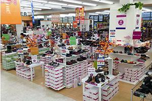 長野市に本社を置く靴の専門店チェーン「シューマート」さんでは、パンジーのシューズ・サンダル・室内履きなどを豊富に取り揃えたイン・ショップを、下記4店舗で展開